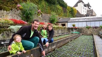 Schloss und Gärten müssen in Schuss gehalten werden: Cindy, Stefan, Sven und Annette Bernhard (von links) haben sich gut eingelebt.