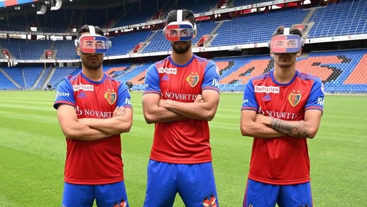 Samuele Campo, Omar Alderete und Raoul Petretta posieren mit den neuen VR-Brillen.