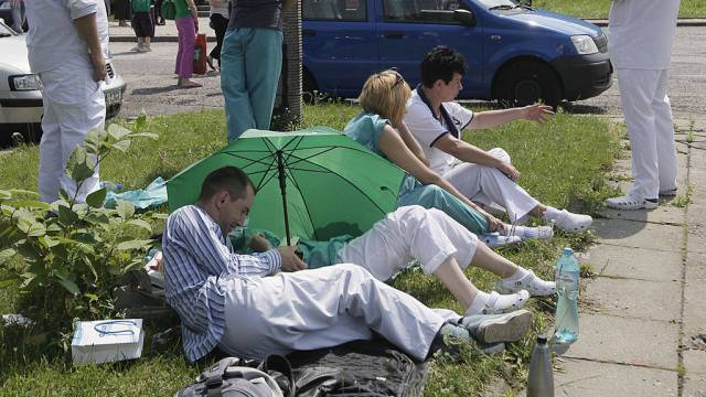 Spitalangestellte in Polen nach der Evakuierung wegen Bombendrohung
