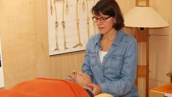 Ute Leikauf bei der Craniosacral-Therapie. Sie organisiert den Info-Tag der Komplementärtherapie.