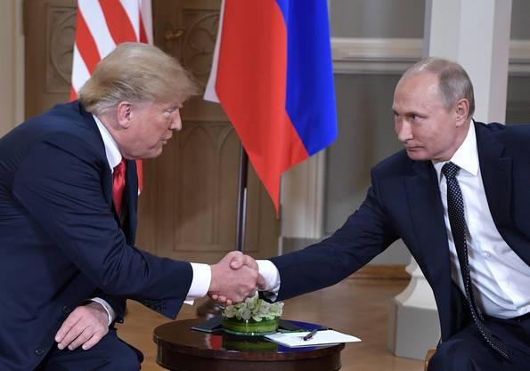 Die Besiegelung der «schlechten Beziehungen» in Helsinki 2017: US-Präsident Trump und der russische Präsident Wladimir Putin beim Handschlag. (Bild: Keystone)