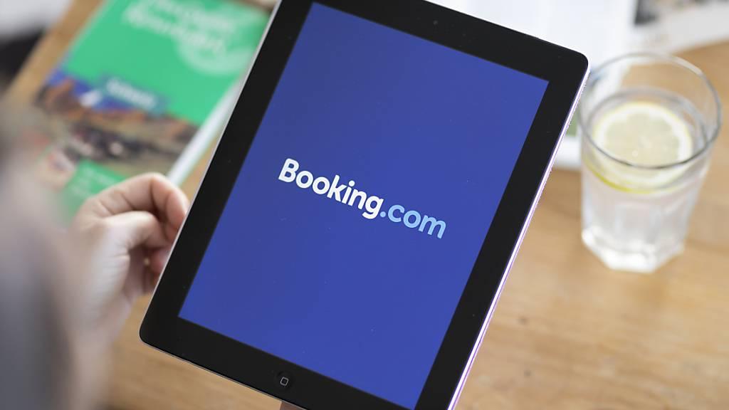 Beim Reiseanbieter Booking.com werden viele Jobs wegen der Corona-Krise gestrichen (Symbolbild).