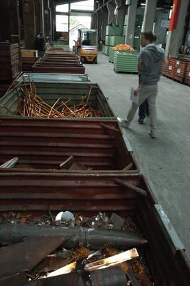 Fein säuberlich werden die verschiedenen Metalle in Kisten sortiert.