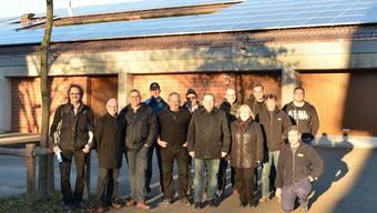 Gemeinderäte und am Bau beteiligte Fachleute vor dem Solardach.