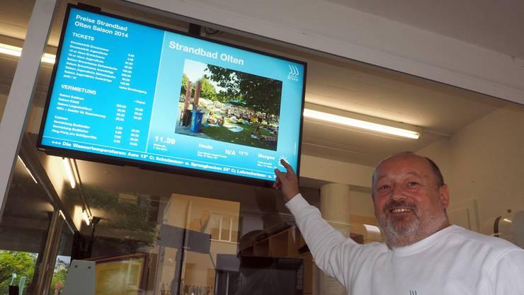 Thomas Müller präsentiert eines der zwei neu installierten Infodisplays beim Eingang mit Preisen und News.
