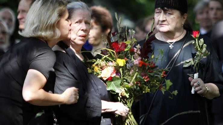 Brecht-Enkelin Jenny Brecht-Schall, Barbara Brecht-Schall und Gisela Knauf vom Büro der Brecht Erben (von links) 2009 an der Beisetzung von Bertolt Brechts Tochter Hanne Hiob (Archiv).