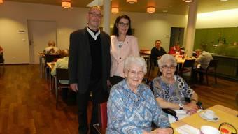 Das Heimleiterpaar Trudy und Robert Werder mit den beiden Bifang-Bewohnerinnen Theres Stutz (links) und Elsi Huber.