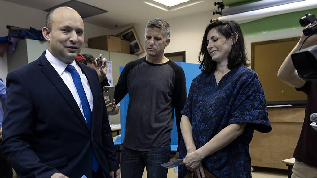 Der israelische Politiker Naftali Bennett, Vorsitzender der rechtsgerichteten Jamina-Partei «Neue Rechte», und seine Frau Gilat geben ihre Stmme ab. (Archiv)