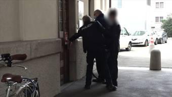 Das Bezirksgericht Frauenfeld hat einen Mann, der seine Grossmutter getötet und enthauptet haben soll wegen Schuldunfähigkeit freigesprochen. Das Gericht ordnete eine stationäre Massnahme und sprach einen Landesverweis aus.