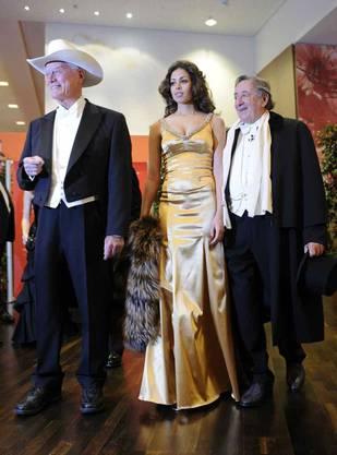 Ruby posiert mit Lary Hagman (aus der Serie J. R.) und Lugner