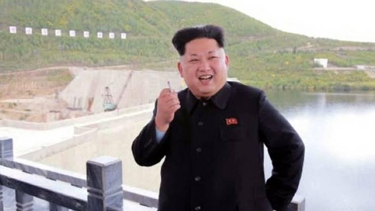 Kim Jong Un zeigt sich oft öffentlich beim Rauchen, so wie hier beim Besuch eines Wasserkraftwerks beim Berg Paektu.