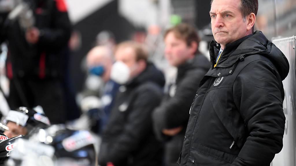 Zugs Head Coach Serge Pelletier trotz Auswärtssieg mit kritischem Blick.