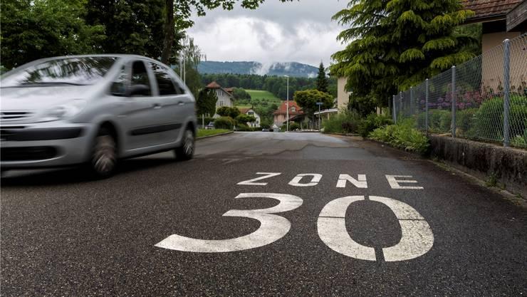 Die neuen Tempo-30-Markierungen lassen in Spreitenbach weiterhin auf sich warten. (Symbolbild)