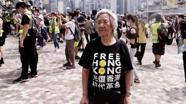 Eine ältere Frau bei einer Protestveranstaltung in Hongkong. Foto: Liau Chung-Ren/ZUMA Wire/dpa