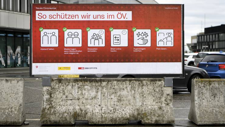 Ein Plakat beim Bahnhof Bern, das auf Schutzmassnahmen gegen Covid19 im öffentlichen Verkehr hinweist.