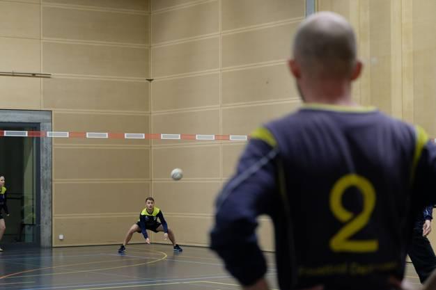"""Die """"Chäswiler"""" im Spiel gegen Team """"MüGi"""" (Hintergund)"""