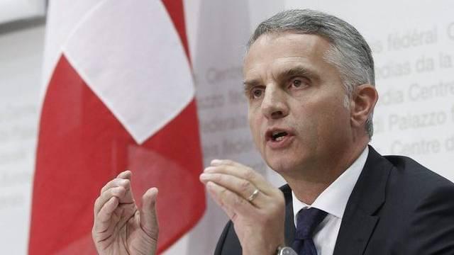 Aussenminister Didier Burkhalter erklärt vor den Medien die Haltung des Bundesrats