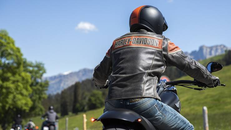 Lederbekleidung ist für Motorradfahrer empfehlenswert, Flip-Flops hingegen ein No-go. (Symbolbild)
