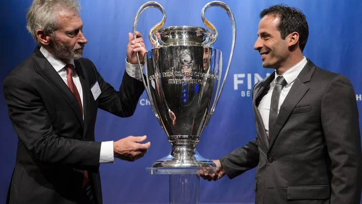 Paul Breitner und Ludovic Giuly (r.) «streiten» um die Champions-League-Trophäe. Ihre Vereine FC Bayern und FC Barcelona treffen allerdings bereits im Halbfinal aufeinander.