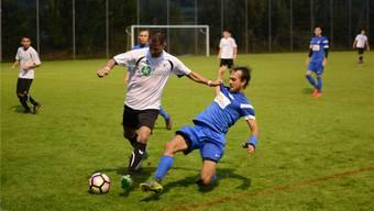 Der Urdorfer Velisav Stevovic (am Ball, weisses Trikot) kann von Oetwil-Geroldswils Christian Geiger (rechts, blaues Trikot) nicht gebremst werden.