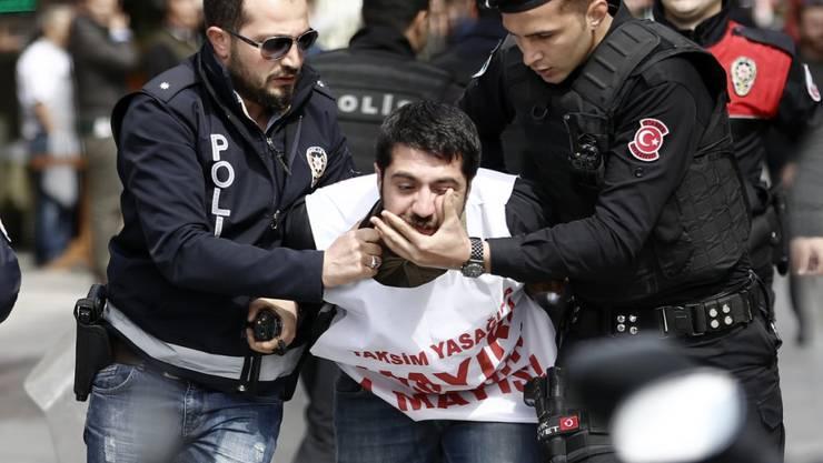 Türkische Polizisten verhaften einen Mann, der am 1. Mai zu einer Demonstration am Taksim Platz vordringen wollte.(Archiv) Am 6. Juni wurde der Chef von Amnesty International verhaftet. Die Menschenrechtsorganisation verlangt seine Freilassung und die Freilassung weiterer 22 Anwälte in der Türkei.