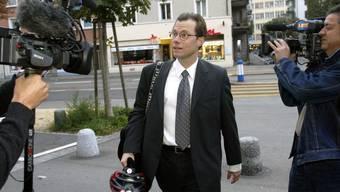 Marc Jean-Richard-dit-Bressel betritt das Bezirksgericht Zürich während dem Prozess gegen den Financier Martin Ebner im Jahr 2003.