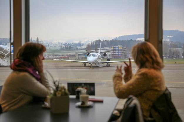 Im Airport-Restaurant verfolgen Schaulistige das Spektakel.
