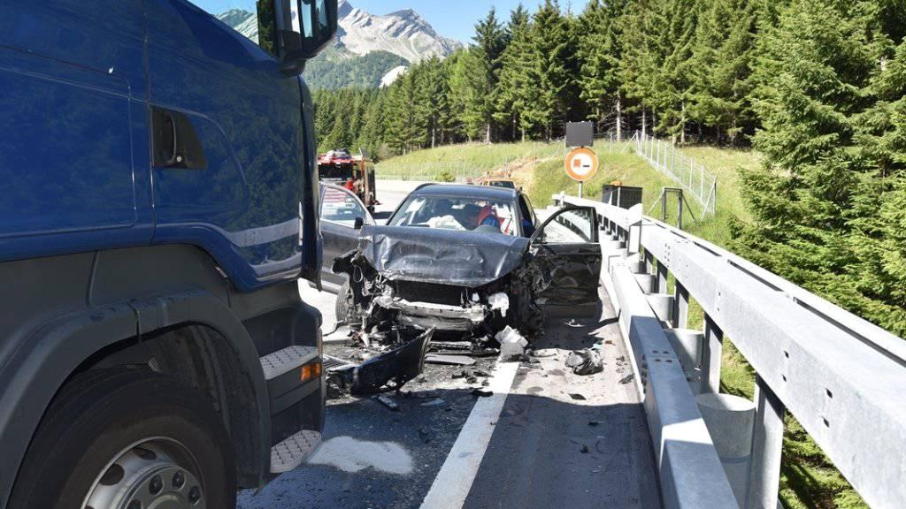 Vier Stunden musste die A13 südlich des San Bernardino nach der Mehrfach-Kollision gesperrt werden.