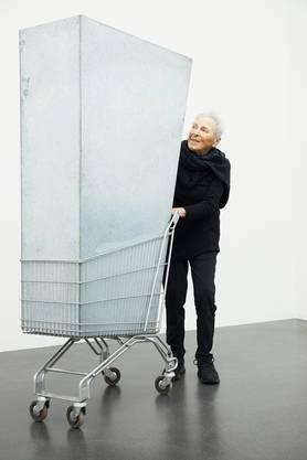 Die italienische Künstlerin Marion Baruch im Kunstmuseum Luzern bei einem ihrer Werke.
