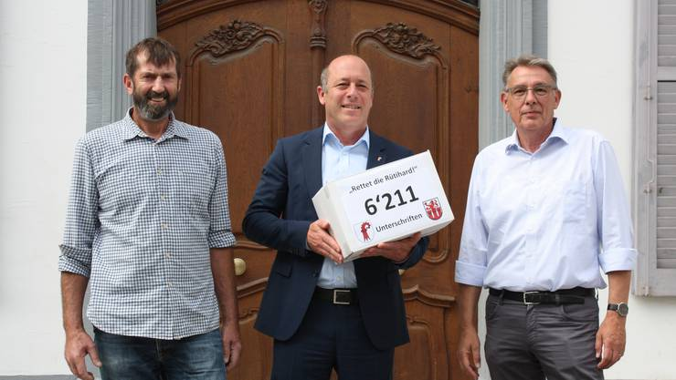Landwirt Ruedi Brunner (links) und Daniel Schneider (FDP Muttenz) übergeben Landschreiber ad interim Nic Kaufmann die Petition.
