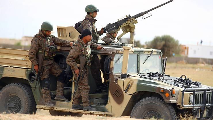 Tunesische Soldaten patrouillieren in einer Grenzstadt. Laut dem Verteidigungsministerium wurde einer der gefährlichsten Dschihadisten Tunesiens getötet. (Archiv)