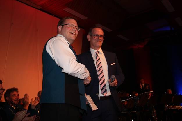 Ammann Ralf Werder überreicht OK-Präsident Peter Fäs den Obolus der Gemeinde.