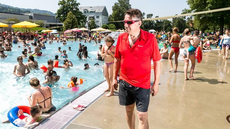 Bademeister Daniel Schoch hat in der Hitzewoche vom 25. Juni 2019 besonders viel zu tun.