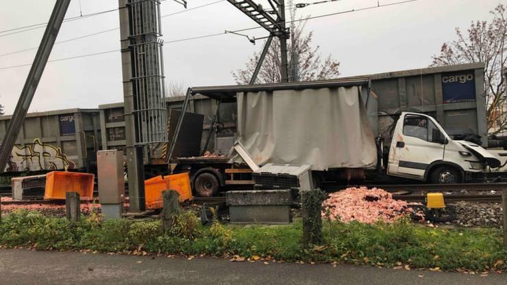 Beim Zusammenprall zwischen Güterzug und Lieferwagen in Staad SG gab es keine Verletzten. (St. Galler Kantonspolizei)