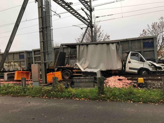 Beim Zusammenprall zwischen Güterzug und Lieferwagen in Staad SG gab es keine Verletzten. Beim Aufprall wurde der Lieferwagen mehrere Meter weit verschoben. Die geladenen Schlachtabfälle verteilten sich auf das Bahntrassee.