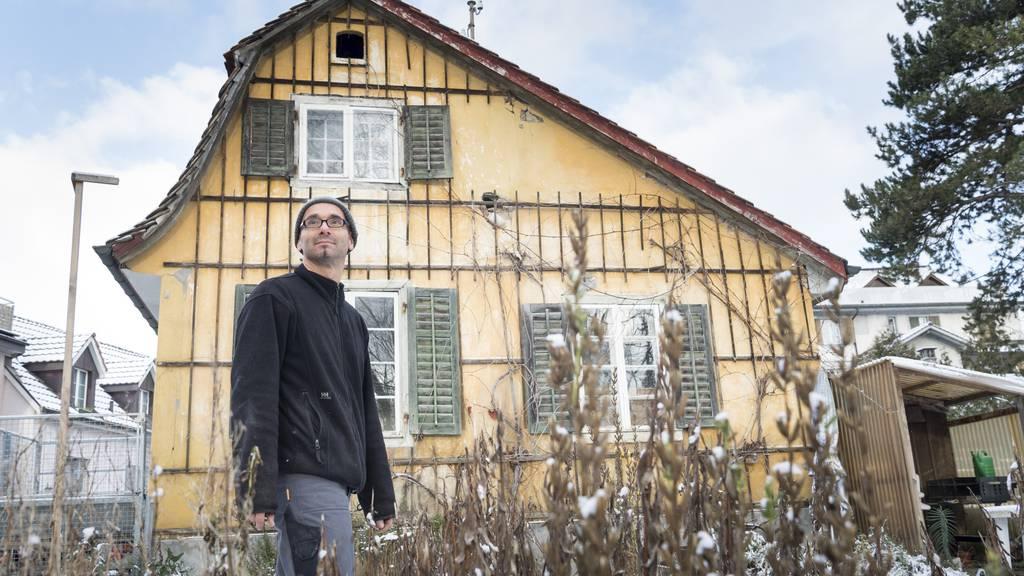 Gabriel Müller baut das Hexehüsli ab und auf seinem eigenen Grundstück wieder auf.