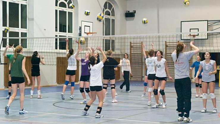 In der Zelgli-Turnhalle der Bezirksschule Aarau werden talentierte Volleyballerinnen gezielt gefördert. Foto: Jean-Jacques Ruchti