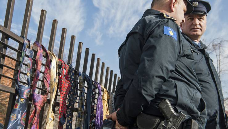 Protest gegen die Gehaltserhöhung des Ministerpräsidenten: Hunderte Menschen hängten Krawatten am Zaun des Regierungssitzes in Pristina auf.