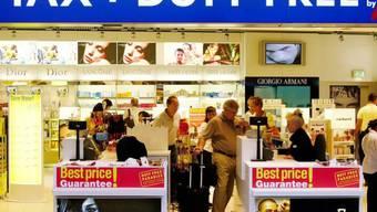Ein Duty Free Shop am Flughafen Zürich Kloten (Archiv)