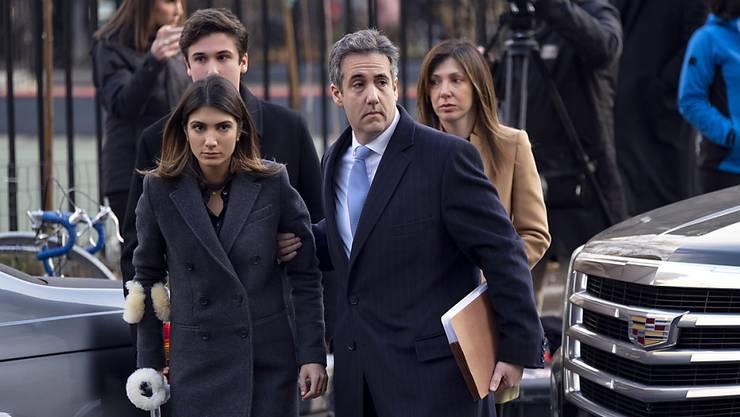 Verurteilt: Michael Cohen am Mittwoch in Begleitung seiner Familie.