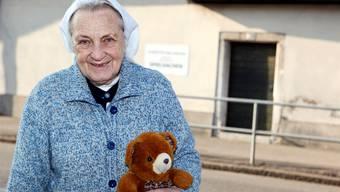 Noch immer unermüdlich im Einsatz: Schwester Sara Martina vor ihrer Spielzeugwerkstätte an der Unteren Steingrubenstrasse. Felix Gerber