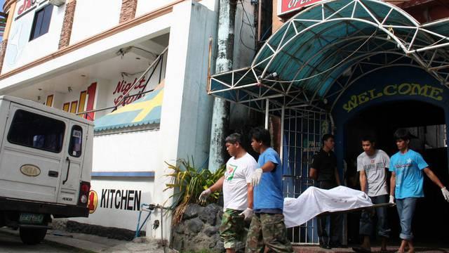 Nach dem Brand in einem Hotel auf den Philippinen wird eine Leiche abtransportiert
