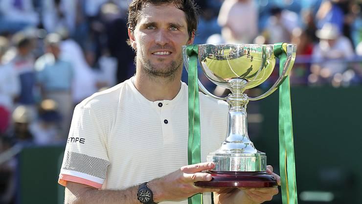 Mischa Zverev präsentiert seine erste Siegertrophäe auf der ATP-Tour