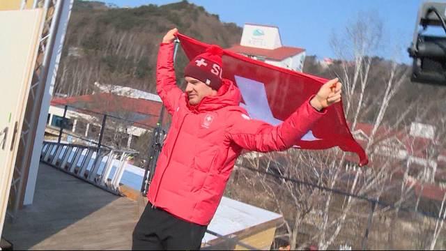 Dario Cologna darf die Schweizer Fahne tragen