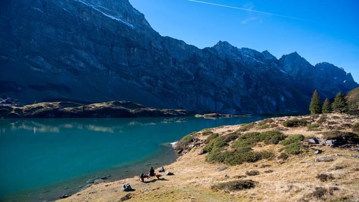 Touristen geniessen die warmen Temperaturen beim Trübsee in Engelberg.