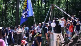 Grenzstein: Millimetergenau setzten die Känerkinder Banntägler gestern den schweren Granitbrocken auf die Grenze zu Diegten.