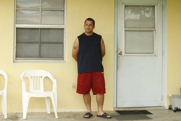 Louis Aponte steht auf der Veranda seines Hauses in Miracle Village. Er lebt in der Wohnanlage, seit er aus dem Gefängnis entlassen wurde.
