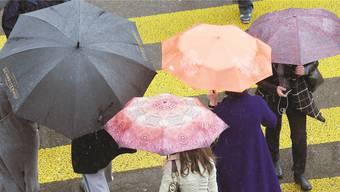 Der Regen lässt die Menschen nicht nur zu den Schirmen greifen, er sorgt auch dafür, dass die Flusspegel steigen. key