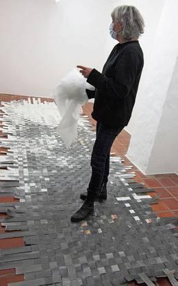 Raffaella Chiara beim Einrichten der Ausstellung.