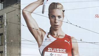 Die Siebenkämpferin Linda Züblin wirbt auf einem Plakat für die Leichtathletik-EM in Zürich.